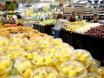新鲜的水果和蔬菜在杂货的架子 图库摄影
