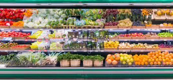新鲜的水果和蔬菜在架子在超级市场 免版税库存图片