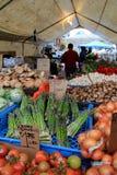 新鲜的水果和蔬菜显示在篷布下在昆西市场,波士顿,马萨诸塞, 2014年10月上 免版税库存照片