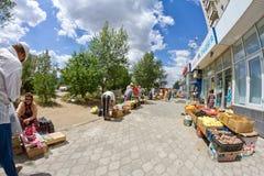 新鲜的水果和蔬菜销售  图库摄影