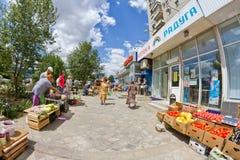 新鲜的水果和蔬菜销售  免版税库存图片