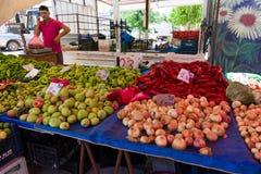 新鲜的水果和蔬菜销售  免版税库存照片