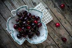 新鲜的黑樱桃 免版税库存照片