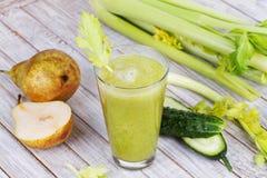 新鲜的黄瓜、梨和芹菜汁 切片水果和蔬菜 免版税库存图片