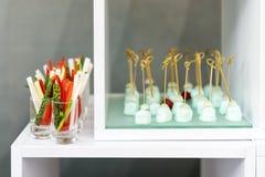新鲜的黄瓜、芦笋和胡椒,党手抓食物开胃菜  图库摄影