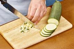 新鲜的黄瓜,在木板厨师的切好的黄瓜切黄瓜 图库摄影
