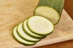新鲜的黄瓜,在木板的切好的黄瓜 图库摄影