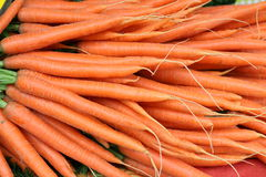 新鲜的年轻红萝卜在农夫的市场上 免版税图库摄影