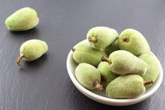 新鲜的绿色杏仁在一个小白色碗结果实 免版税图库摄影
