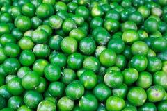 新鲜的绿色柠檬在市场上。 免版税图库摄影