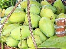 新鲜的绿色芒果在市场上 库存照片