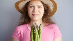 新鲜的绿色芦笋在妇女` s手上 股票视频