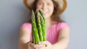 新鲜的绿色芦笋在妇女` s手上 股票录像