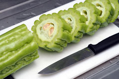 新鲜的绿色苦涩瓜或苦涩金瓜切了准备好烹调 免版税图库摄影