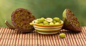 新鲜的绿色莲花种子& x28; 莲花nuts& x29;在陶瓷碗 图库摄影