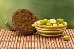 新鲜的绿色莲花种子& x28; 莲花nuts& x29;在陶瓷碗 免版税库存图片