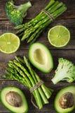 新鲜的绿色菜芦笋、鲕梨、石灰、硬花甘蓝和g 库存照片