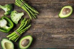 新鲜的绿色菜芦笋、鲕梨、硬花甘蓝和绿色b 库存照片