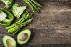 新鲜的绿色菜芦笋、鲕梨、硬花甘蓝和绿色b 免版税库存照片