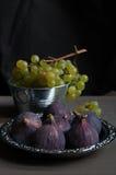 新鲜的绿色葡萄和无花果 免版税库存图片