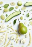 新鲜的绿色蔬菜和水果静物画  库存图片