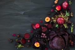 新鲜的紫色水果和蔬菜的汇集 免版税库存照片
