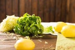 新鲜的莴苣和柠檬 免版税库存照片