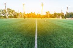 新鲜的绿草的美好的样式橄榄球体育的 免版税库存照片