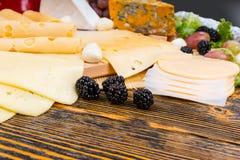 新鲜的黑莓为食家乳酪板装饰 图库摄影