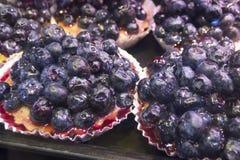 新鲜的黑莓饼在Vancouvers Grandville海岛市场上 库存照片
