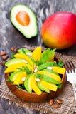 新鲜的素食沙拉用芒果和鲕梨在木pla 库存照片