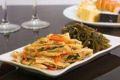 新鲜的素食沙拉:芦笋和海圆白菜 免版税库存照片