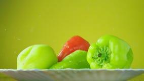 新鲜的Balgar胡椒用在板材的水落 营养的概念 在黄色背景的孤立,减速 影视素材