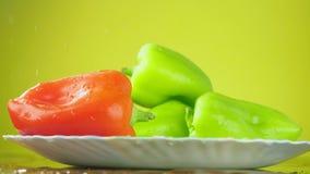 新鲜的Balgar胡椒用在板材的水落 营养的概念 在黄色背景的孤立,减速 股票录像