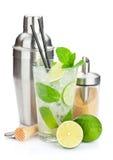 新鲜的mojito鸡尾酒和酒吧器物 免版税库存图片