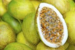 新鲜的Passionfruit Maracuja在巴西农夫市场上 免版税库存图片