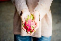 新鲜的pitaya手中龙果子, pitahaya 免版税库存照片