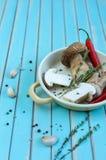 新鲜的porcini蘑菇和草本在煎锅在木桌上 库存图片