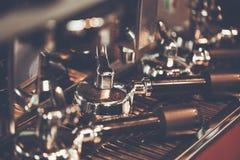 新鲜研磨咖啡在Portafilter 专业浓咖啡梅金 免版税库存图片