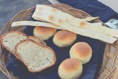 新鲜篮子的面包 热带巴厘岛餐馆 印度尼西亚 早餐时间 库存图片