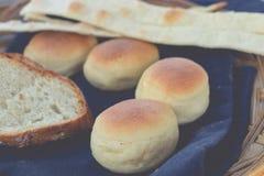 新鲜篮子的面包 热带巴厘岛餐馆 印度尼西亚 早餐时间 免版税图库摄影