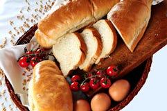 新鲜篮子的面包 免版税库存图片