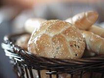 新鲜篮子的面包 免版税库存照片