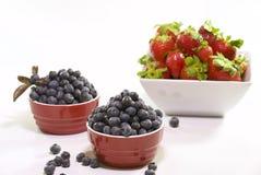 新鲜美蓝莓在一白色碗` s的` s和草莓 库存图片