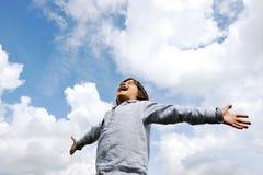 新鲜航空呼吸的儿童的自由 免版税库存照片
