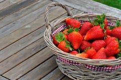 新鲜草莓在桌上 免版税库存照片