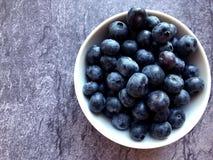 新鲜蓝莓的碗 图库摄影