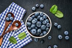 新鲜蓝莓的碗 库存图片