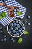 新鲜蓝莓的碗 免版税库存图片