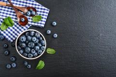 新鲜蓝莓的碗 免版税库存照片
